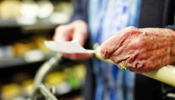 Cachetazo a jubilados: El Gobierno eliminó la devolución del IVA en compras con débito